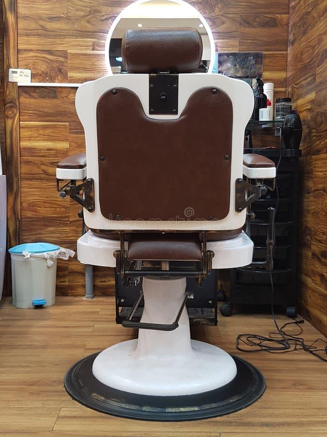 Fauteuil de raseur-coiffeur, salon de coiffure moderne, salon de coiffure pour les hommes Vintage élégant Barber Chair photographie stock libre de droits