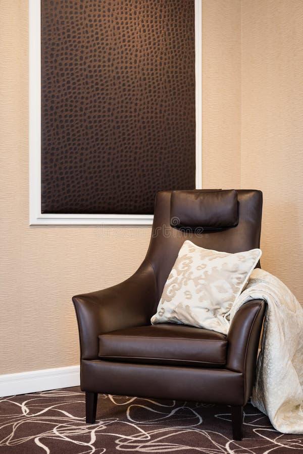 Fauteuil en cuir brun luxueux photographie stock libre de droits