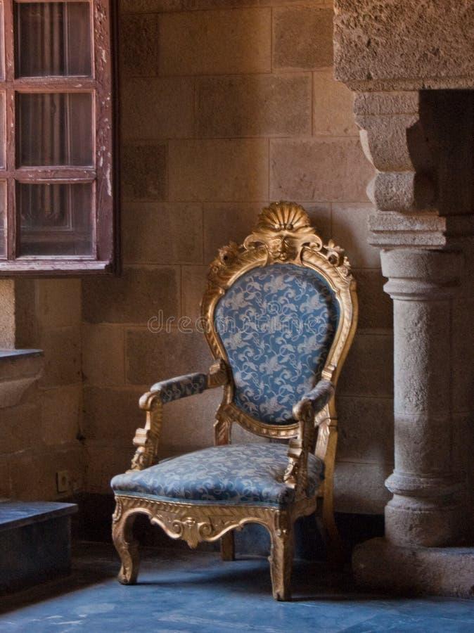Fauteuil fleuri antique dans la configuration de château photos libres de droits