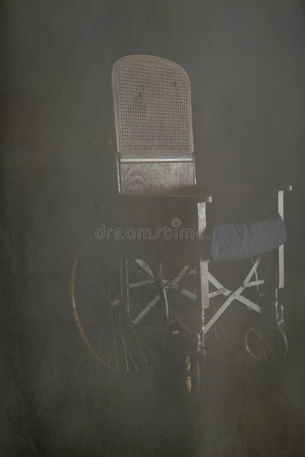 Fauteuil roulant antique en brouillard images stock