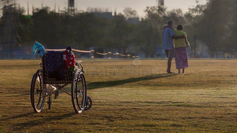 Fauteuil roulant avec la femme d'handicap et son mari photographie stock