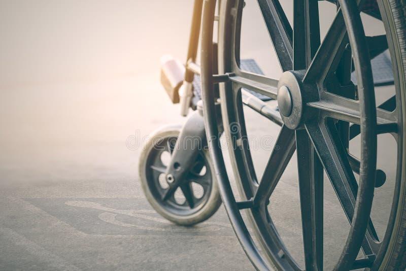 fauteuil roulant avec le symbole d'handicap de trottoir photos stock