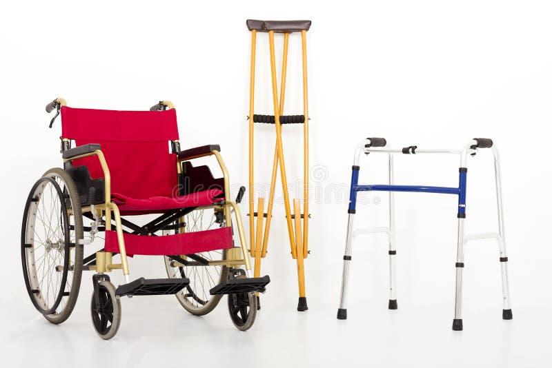 Fauteuil roulant, béquilles et aides de mobilité D'isolement sur le blanc photo libre de droits