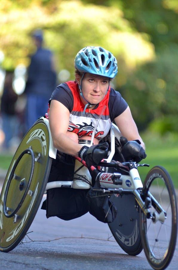 Fauteuil roulant Competitior du marathon des femmes photos libres de droits