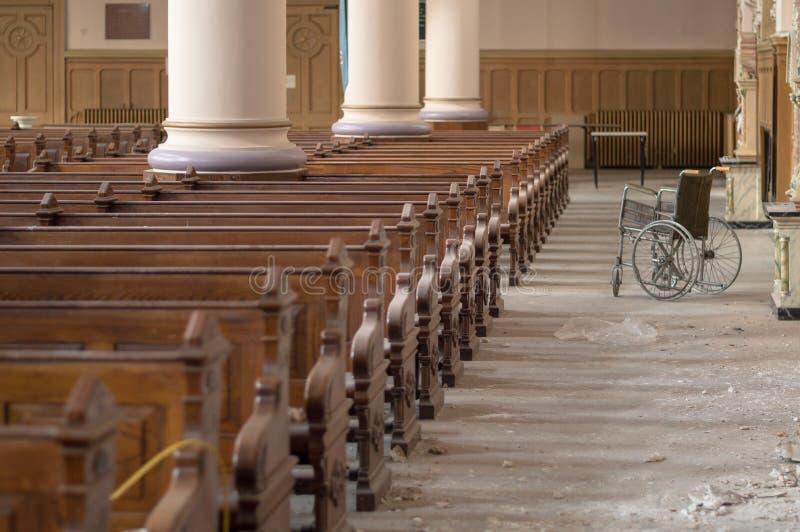 Fauteuil roulant dans la cathédrale abandonnée images libres de droits