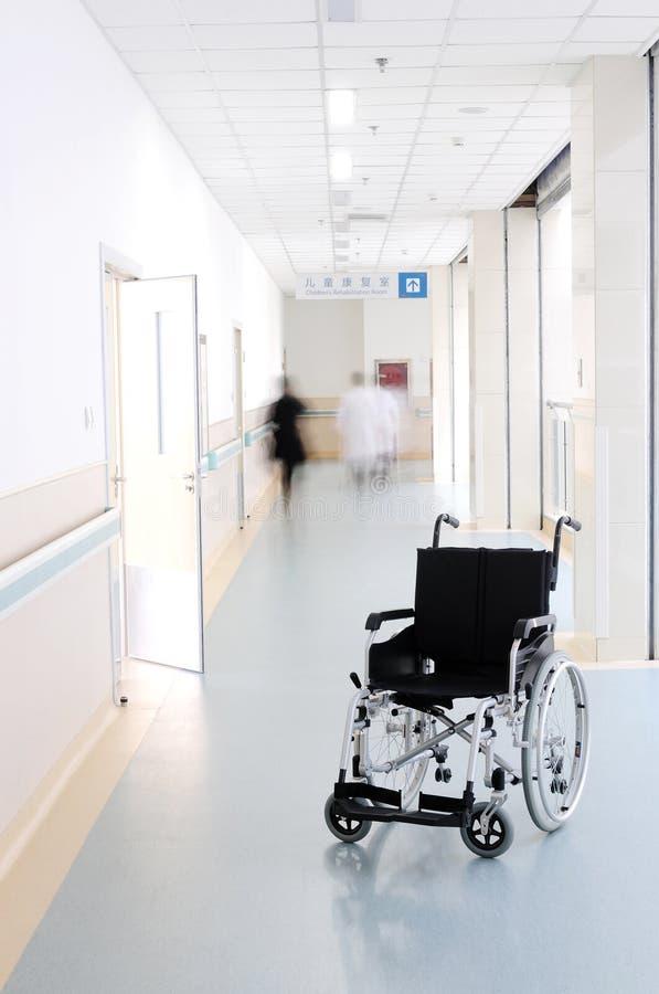 Fauteuil roulant dans le couloir d'hôpital photos libres de droits