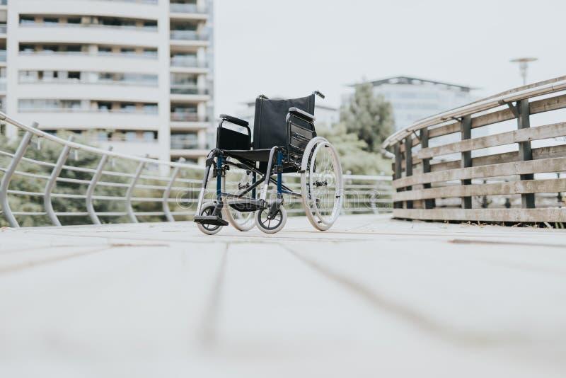 fauteuil roulant en parc de ville photo stock