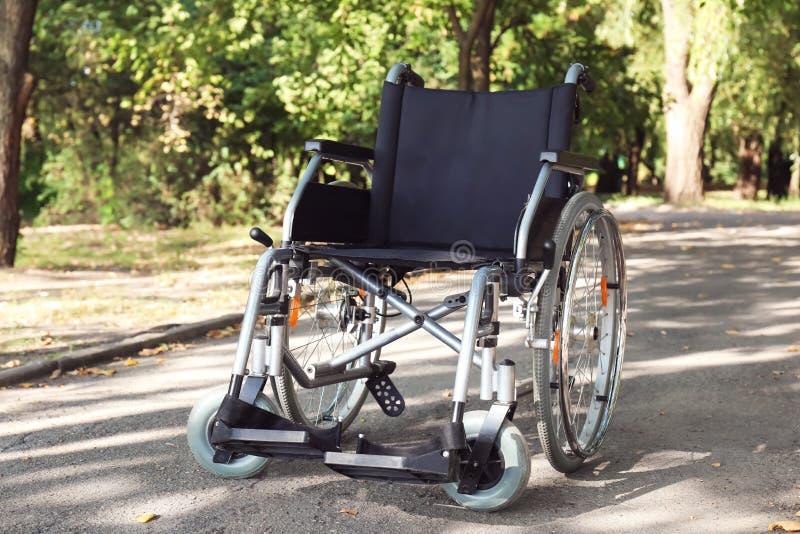 Fauteuil roulant moderne vide en parc photographie stock libre de droits