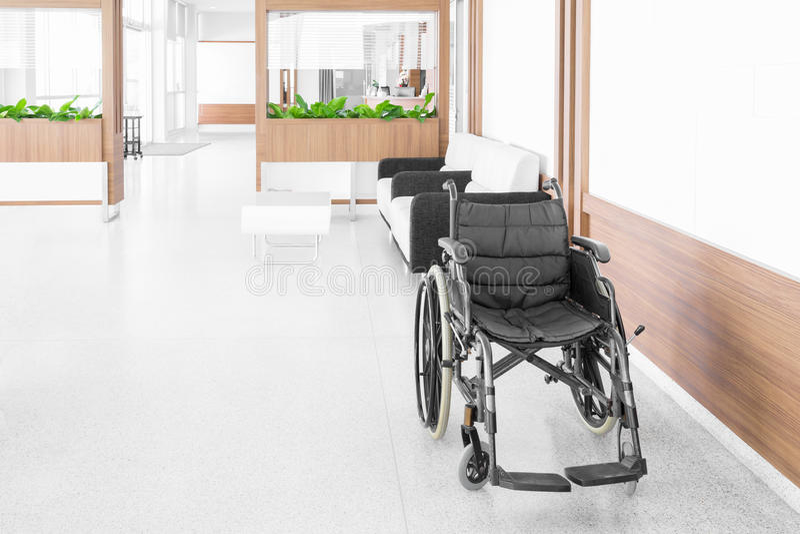 Fauteuil roulant vide garé dans le couloir d'hôpital photographie stock