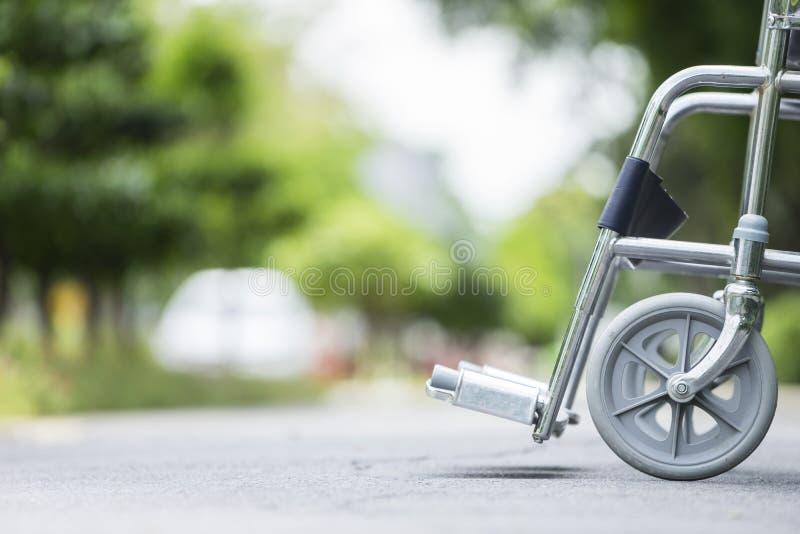 Fauteuil roulant vide garé en parc photos libres de droits