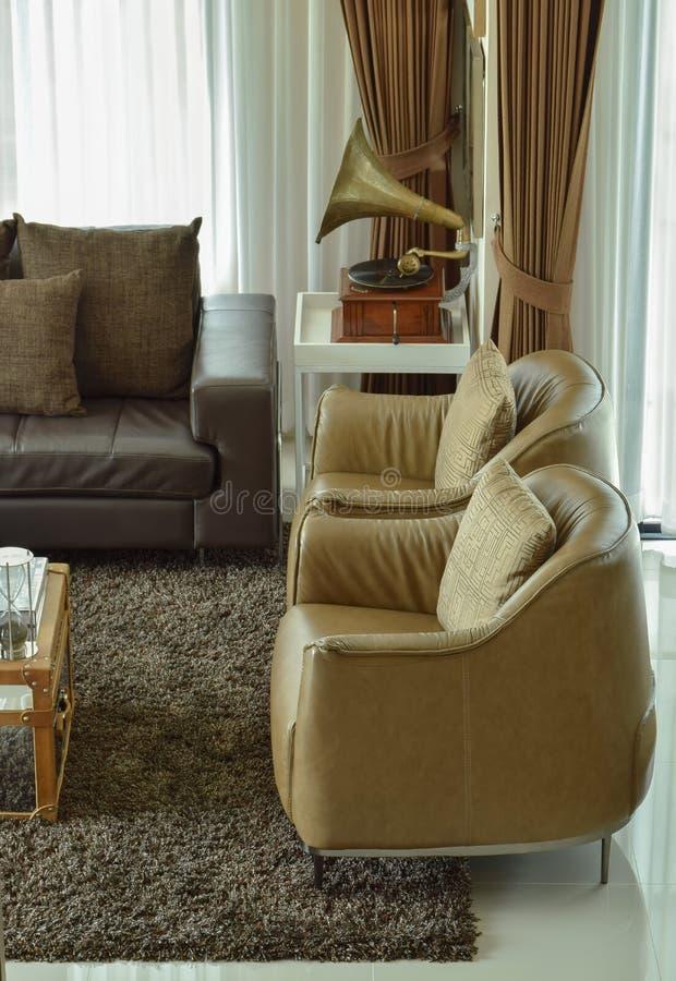 Download fauteuils en cuir brun clair dans le salon classique photo stock image du lifestyle