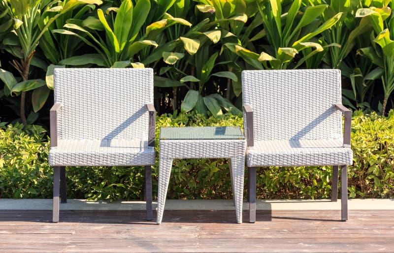 Fauteuils et table extérieurs de rotin de meubles sur la terrasse photo stock