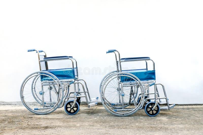 fauteuils roulants de réserve pour l'aide des personnes âgées photos libres de droits