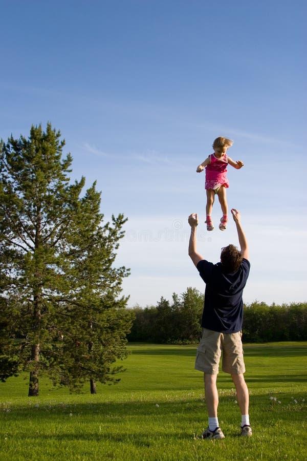 Fauther und Tochter im Park stockfotografie