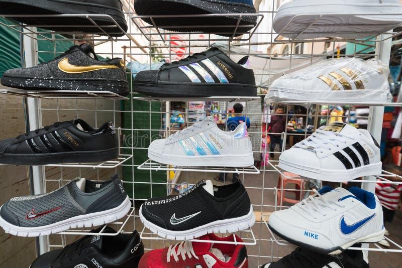 Faux adidas et espadrilles nike en Kuala Lumpur Chinatown images stock