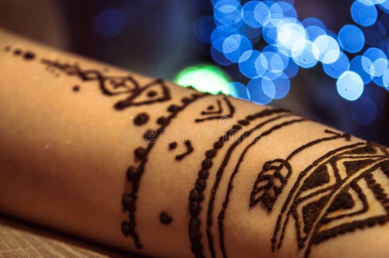 Faux tatouage utilisant Henna Paint image libre de droits