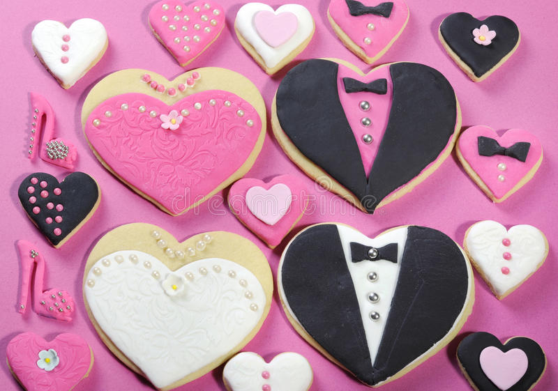 Favörer för kaka för bröllopparti brud- med små hjärtor arkivbild
