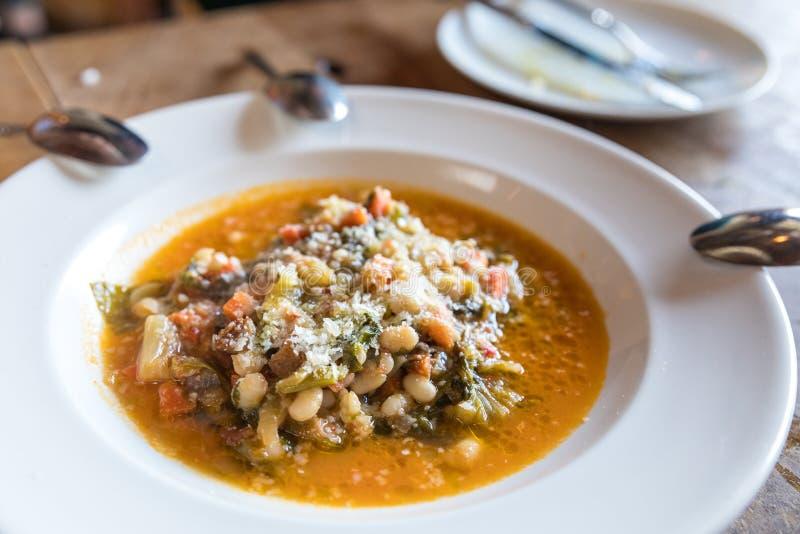 Fava-Bean-Suppe auf Teller stockbilder