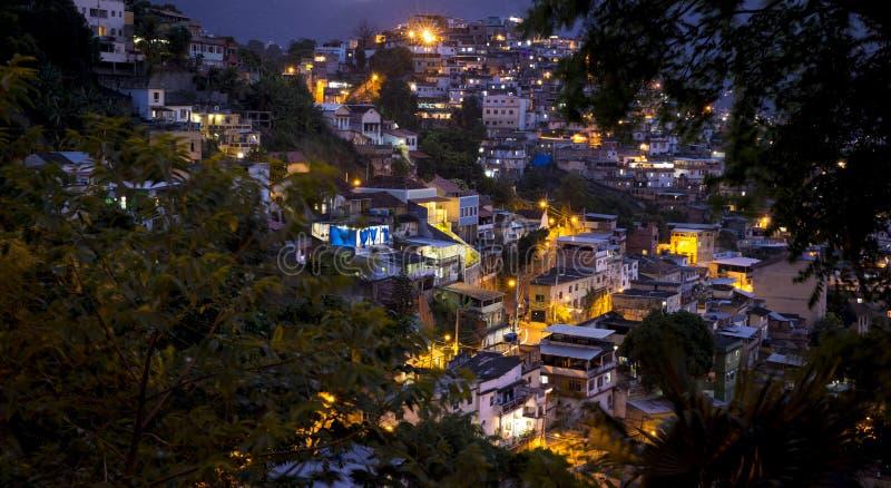 Favela在里约热内卢在夜之前 免版税库存图片