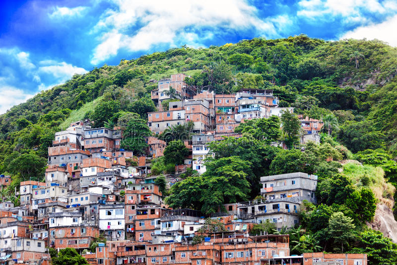 Favela, βραζιλιάνα τρώγλη σε μια βουνοπλαγιά στο Ρίο ντε Τζανέιρο στοκ εικόνες