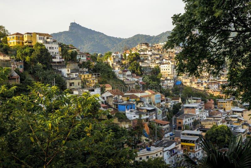 Favela en una colina de Rio de Janeiro, el Brasil fotografía de archivo