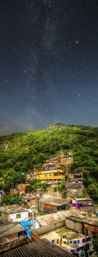 Favela-Nacht stockbild