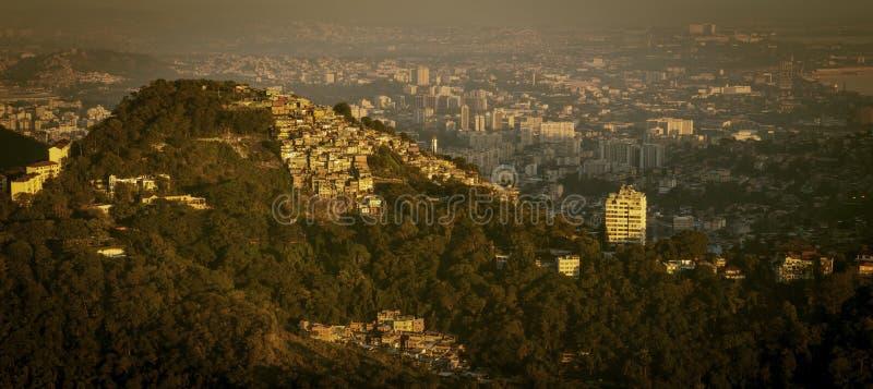 Favela och Rio de Janeiro horisont, Brasilien arkivbild