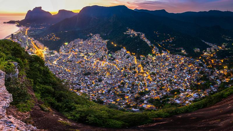 Favela Rocinha全景在里约热内卢,在晚上 免版税库存照片