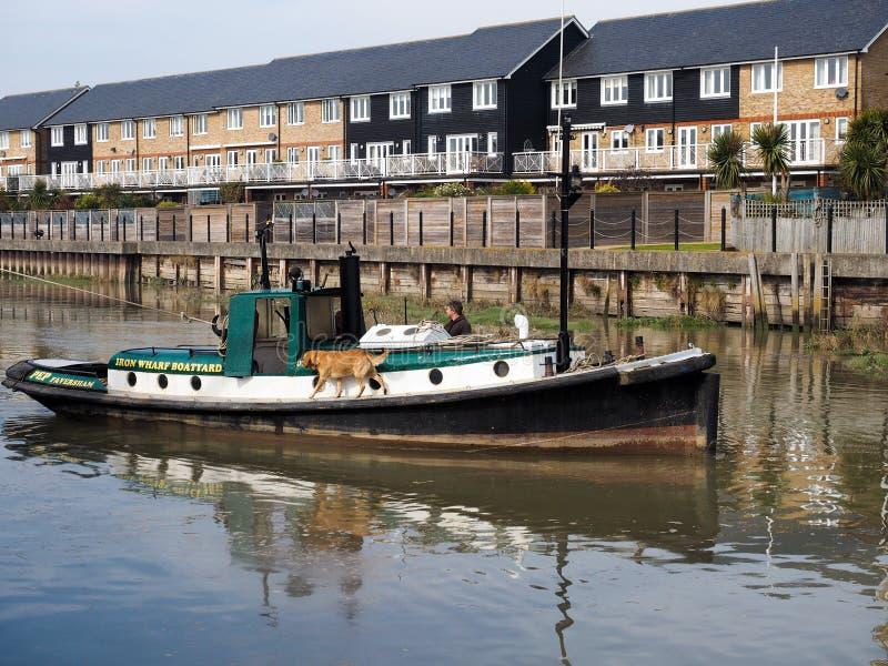 FAVERSHAM, KENT/UK - 29-ОЕ МАРТА: Малый гуж буксируя Cambria Темзу стоковое фото rf