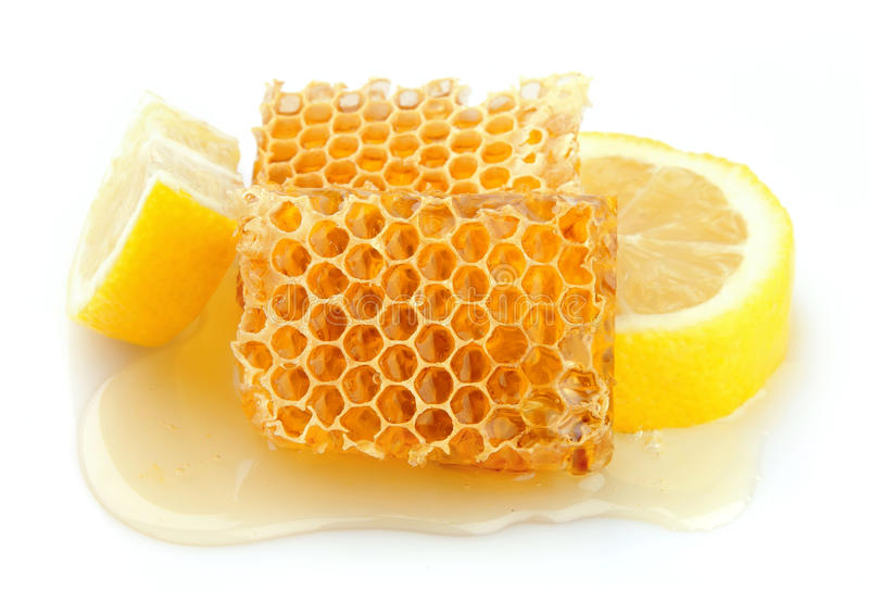 Favo de mel próximo acima com limão fotos de stock royalty free