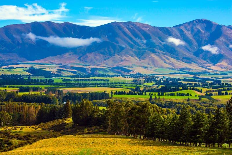 Favoloso valle fra le alte montagne fotografia stock libera da diritti