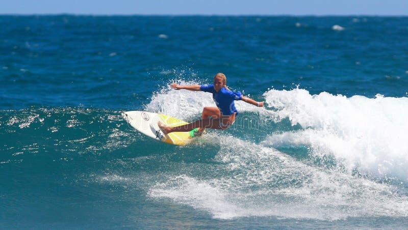 Favorable acontecimiento que practica surf en Puerto Rico imagen de archivo