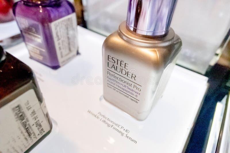 Favorable botella de Estee Lauder Perfectionist en estante en los grandes almacenes Hua Hin, Tailandia de Blueport 12 de enero de imagenes de archivo