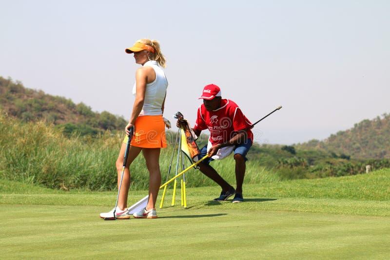Favorable golfista Carly Booth de las señoras que se prepara para introducir noviembre de 2015 fotografía de archivo libre de regalías