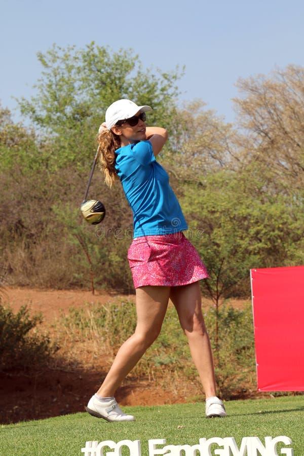 Favorable golfista Emma Cambrera-Bello Teeing Off November de las señoras i 2015 foto de archivo