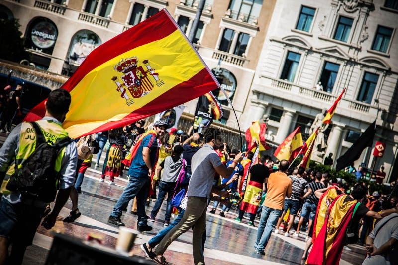 Favorable nacionalista español con una bandera en Barcelona, imágenes de archivo libres de regalías