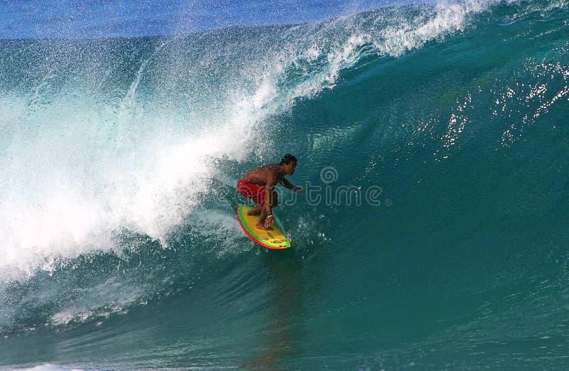 Favorable persona que practica surf Braden Dias que practica surf en la tubería imagen de archivo