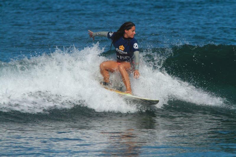 Favorable persona que practica surf Maria Kuzmonich imagenes de archivo