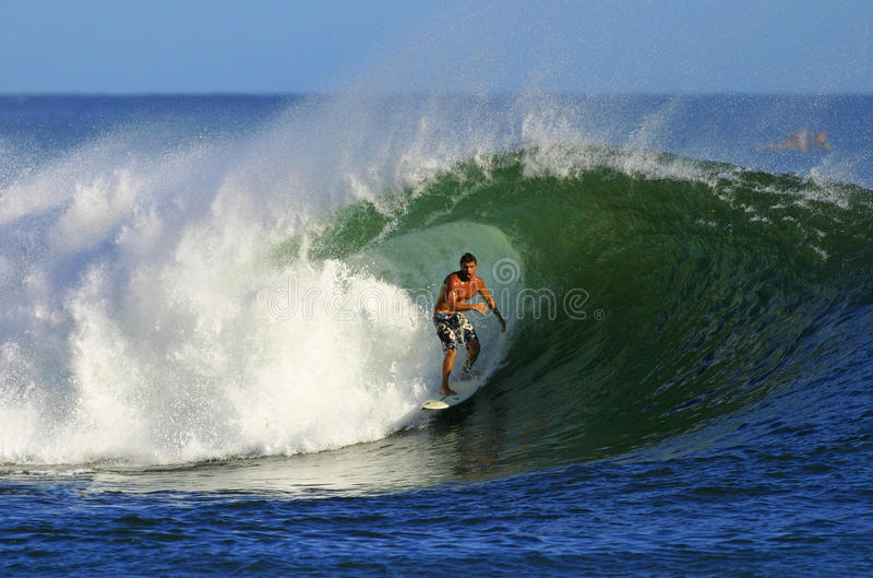 Favorable persona que practica surf Mike Akima en el Ala Moana fotos de archivo libres de regalías