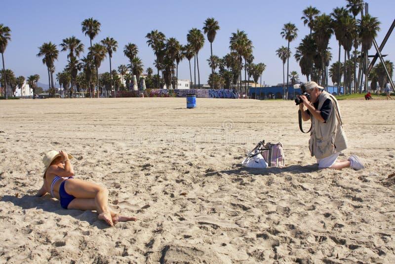 Favorable playa de Working On The del fotógrafo imagen de archivo libre de regalías