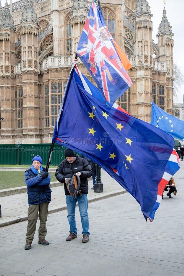 Favorables manifestantes de la UE fuera de las casas del parlamento fotos de archivo