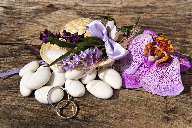 Favores da remoção de ervas daninhas e anéis de casamento foto de stock