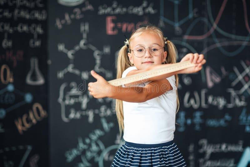 Favoriet schoolonderwerp Onderwijs en schoolconcept Schoolstudenten die meetkunde leren STAMconcept Leer stelling over recht stock foto