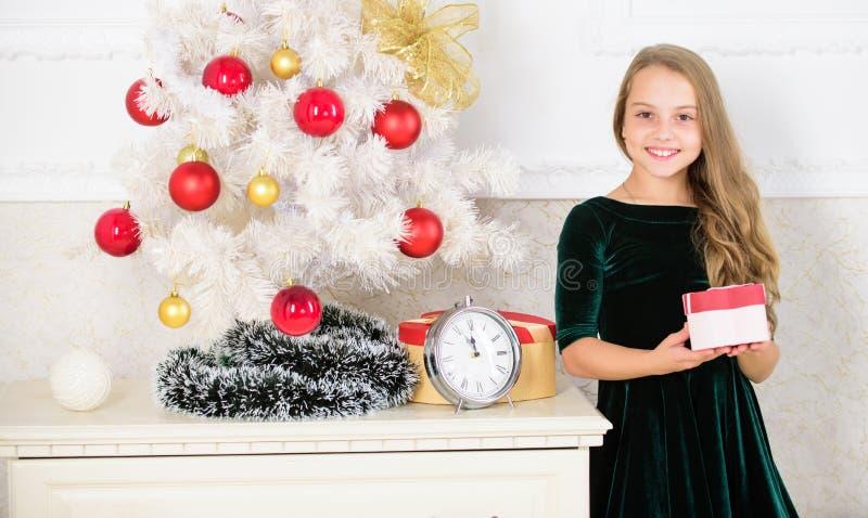 Favorit- dag av året Ungeflicka nära asken för gåva för håll för julträd Tid som öppnar julgåvor glad jul royaltyfri fotografi