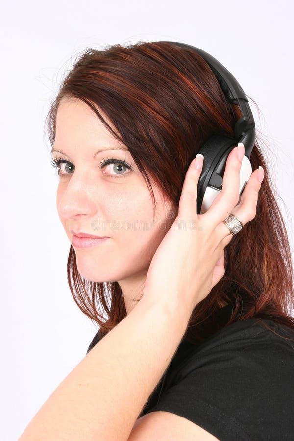 favorit henne lyssnande musik till kvinnan royaltyfria foton