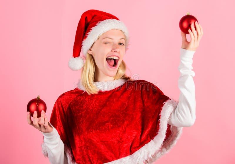 Favorit- tidårsjul Klädersanta för flickan firar den lyckliga dräkten bakgrund för dekoren för julhållbollen rosa glatt royaltyfria foton