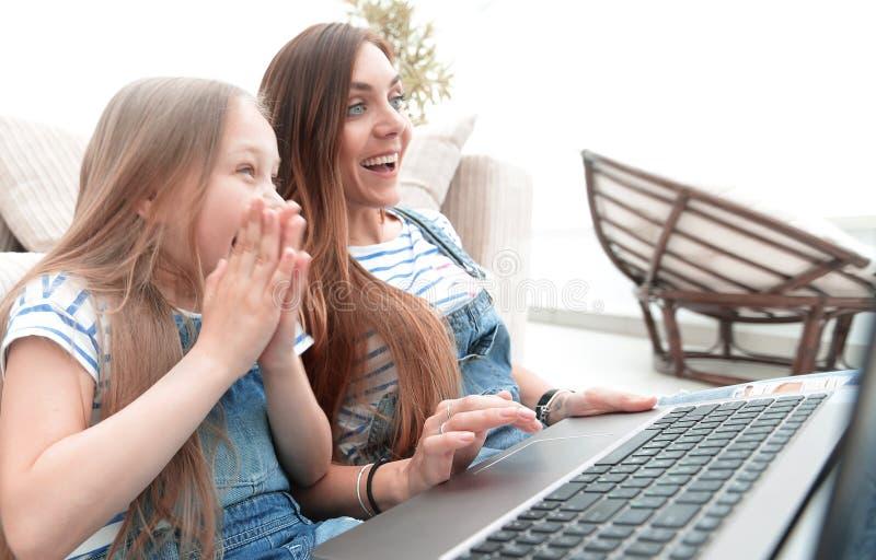 Favorit- TV-program för moder- och dotterklocka arkivfoto
