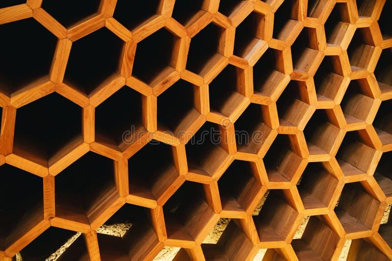 Favos de mel grandes da cor do ouro feitos da madeira Uma parte de uma decoração de madeira da parede Localizado na loja de lembr imagem de stock royalty free