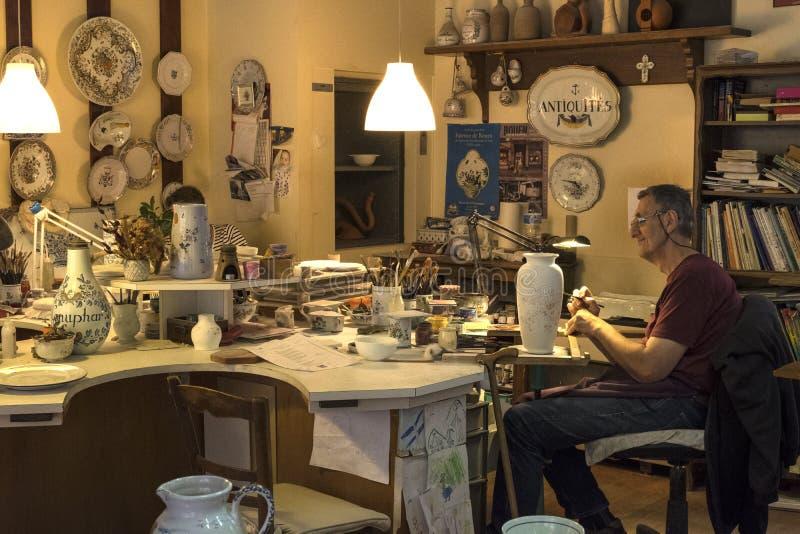 Fayencerie Augy是美丽的瓷商店 这是卖美丽,手工制造陶瓷的家庭的事务 鲁昂 免版税库存图片