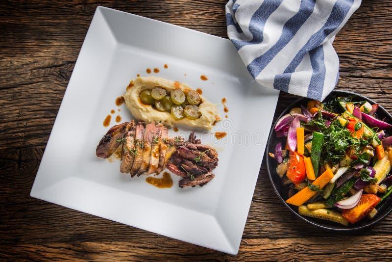 Fazantborst en dij met fijngestampte aardappels en grill wordt geroosterd die royalty-vrije stock afbeeldingen
